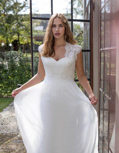 Modeca-curves-Darlene-closeup-plus-xsasa-bruidsmode